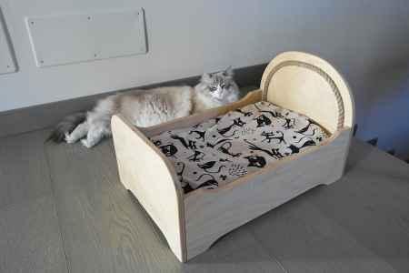 Letto in legno con inserto in corda per gatti